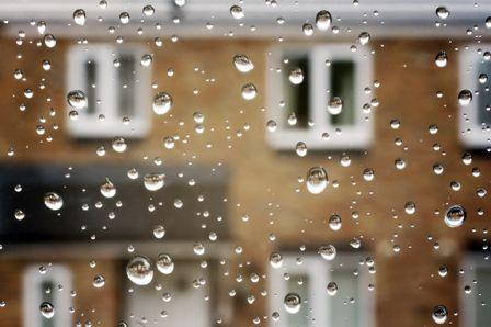 byggvaror i regn